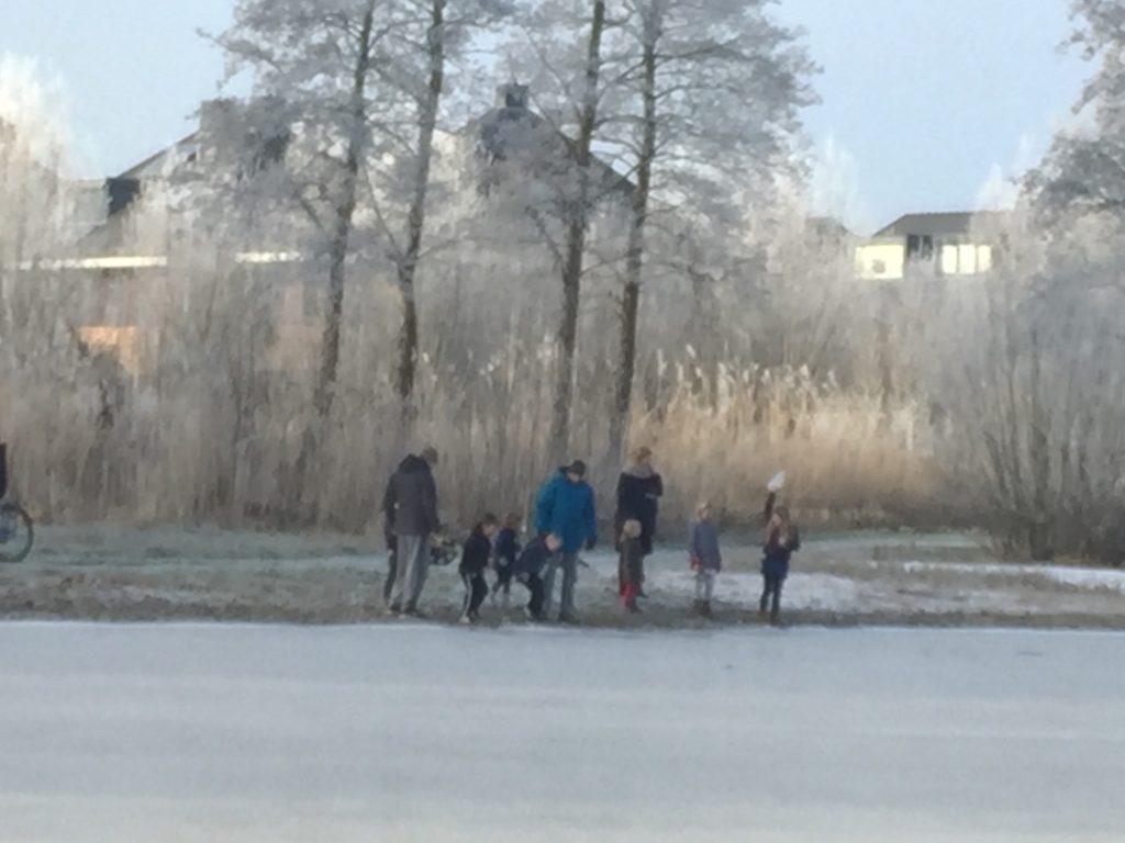 Kijken of het ijs dik genoeg is...